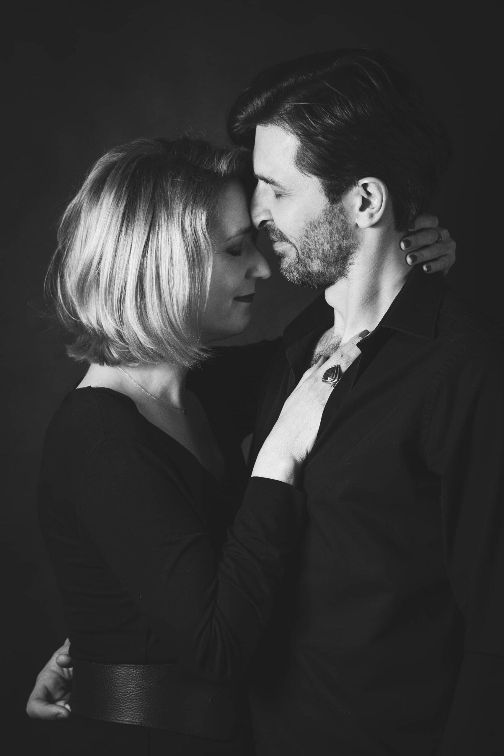 Zakochana para, zdjęcie studyjne, fotografia czarno - biała